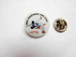 Beau Pin's En Porcelaine , Lutte , Comité Départemental Haute Vienne - Lucha