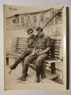 Photo Vintage. Original. Deux Gars Sont Des Soldats Gays. L'URSS. Lettonie - Erotiche (...-1960)