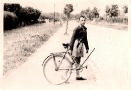 Amusante Photo Originale Cycliste Adolescent Au Poignard à L'étrange Vélo Maison Mono Roue Arrière Vers 1940 - Radsport