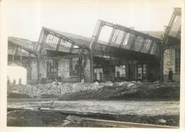 CALAIS  GARE TRIAGE  FACADE OUEST  BOMBARDEMENT AERIEN  PAR LA R.A.F. LE 27/09/1944  PHOTO ORIGINALE 17 X 12.50 CM - Lugares