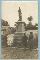 UR0074  Carte Photo  FRAHIER (Haute-Saône)  Monument Aux Morts Avant L'Inauguration - Deux Filles   ++++++ - Andere Gemeenten