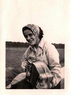 Photo Originale Pin-Up Au Foulard Accordéoniste Jouant De Son Instrument - Accordéon En Campagne 1940/50 - Pin-ups