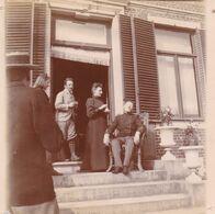 Photo Originale 1900  Château De Bouillon Baulers ? Famille Noblesse Militaire Assis Et 3 Personnes - Orte