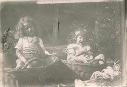 Snapshot Deux Enfants Dans Des Paniers En Osier Marrant Funny Children Vintage - Persone Anonimi