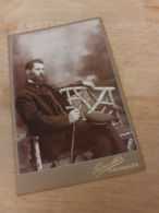 ST.ANDREWS - NEW BRUNSWICK - CANADA - KANADA - FULLBEARDED MAN WITH HAT AND STICK SITTING ON CHAIR - VOLLBART - Orte