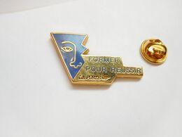 Superbe Pin's En Zamac , La Poste , Former Pour Réussir - Post