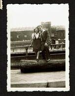 Petite Photo 9 X 6,5 Cm - 1943 - Bruxelles - Couple Amoureux Devant Le Petit Château - Canal - Voir Scan - Plaatsen