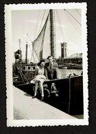 Photo 9 X 6 Cm - 1945 - Ostende - Couple Sur Un Bateau De Pêche O134 - Voir Scan - Orte