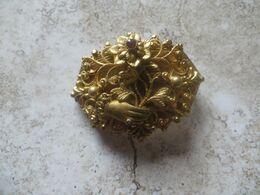 Broche Ancienne Métal Doré Or Fin Sculptée Ciselée Et Ajourée Main Bouquet Fleurs Petite Pierre Et 1 Perle Fine - Broches