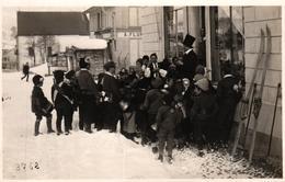 Pontresina, Fastnacht, Gesellschaft Vor Einem Geschäft, Um 1930 - GR Grisons