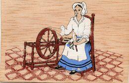 CP En Bois - Femme Avec Son Rouet Et Laine - Scan Du Verso - - Altri