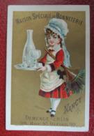 CHROMO  Appel. Calendrier 1880. Maison Bonneterie Demenge-Eblin à Nancy. Soubrette  Coiffe. Plumeau. Plateau. Carafe - Non Classificati
