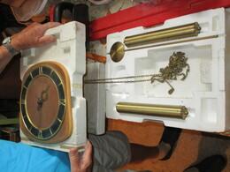 Horloge Murale Ancienne, Remontage Avec Contrepoids. - Horloges