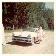 Photo Carrée Couleur Originale B.B USA - Automobile Américaine & Pin-Up Sur Le Retour, Chevrolet ? Cadillac ? 1950/60 - Automobile