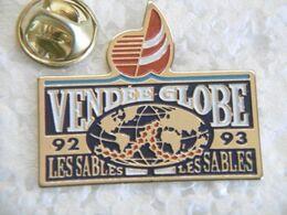 """Pin's - Bateaux - Voiliers Course à La Voile Autour Du Monde """"VENDÉE GLOBE"""" LES SABLES D'OLONNE 85 Vendée - Barche"""