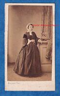 Photo Ancienne CDV - PARIS - Beau Portrait Femme Parisienne Avec Coiffe - 1861 - Photographe Maujean - Robe Fille Mode - Fotos