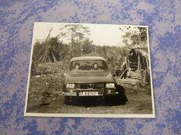 ROUMANIE ROMANIA PHOTO ORIGINALE UNE FAMILLE PAYSANNE DANS SA VOITURE ANNEE CIRCA 60-70 DACIA VOITURE - Automobili