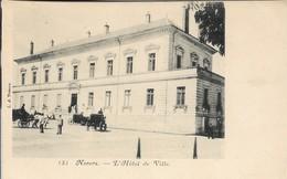 D58 - NEVERS - L'HÔTEL DE VILLE - Quelques Personnes - Plusieurs Calèches - PRECURSEUR - Nevers