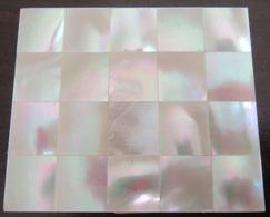 Poudrier Ancien En Métal Doré Et Nacre Accompagné D'un Briquet Maxim Lady (métal Doré Et Laque Noire) - Materiale Di Profumeria