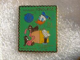 Pin's D'un Timbre Poste De 2F De La République TOGOLAISE à L'occasion De La Fete D'anniversaire De DONALD. Tic Et Toc - Post