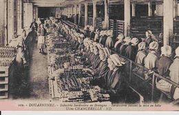 29 DOUARNENEZ Industrie Sardinière En Bretagne, Sardinières Faisant La Mise En Boîte - Animée - Douarnenez