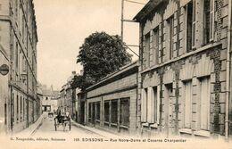 02. CPA. SOISSONS - Rue Notre Dame Et Caserne Charpentier - Attelage - - Soissons