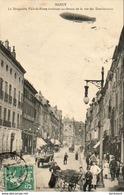 D54  NANCY  Le Dirigeable Ville De Nancy évoluant Au-dessus De La Rue Des Dominicains  .....( Au Dos Vignette Exposition - Nancy