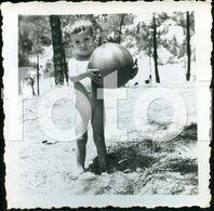 1962  PHOTO FOTO CRIANÇA NUDE CHILD ENFANT BOY WITH BALL PORTUGAL - Persone Anonimi
