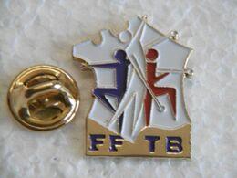 Pin's - Sport TWIRLING BATON FFTB Fédération Française De Twirling Baton 1991 - Majorettes Sur Carte De FRANCE - Pin's & Anstecknadeln
