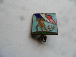 "(Association, Organisation, Militaria, Chantier De Jeunesse ??) - Insigne Type Broche "" E.J.F. + Drapeau Tricolore !! "" - Vereinswesen"