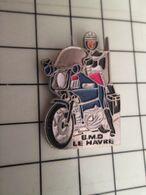 715e Pins Pin's / Rare & Belle Qualité THEME MOTOS / Vieux Motard Que Jamais ! GENDARMERIE BMO LE HAVRE - Motorbikes