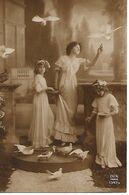 L60E133 - Jeune Femme Et Deux Fillettes Jouant Avec Des Pigeons  - Dix N°1347/4 - Women