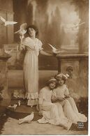 L60E134 - Jeune Femme Et Deux Fillettes Jouant Avec Des Pigeons  - Dix N°1347/1 - Women