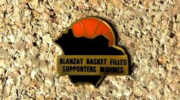 Pin's BASKET - Blanzat (63) Basket Filles Supporters Minimes - Verni époxy  - Fabricant Inconnu - Baloncesto