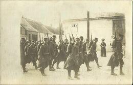 10664 CPA Groupe De Militaires Avec Armes Et Bagages - Manovre
