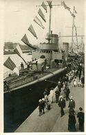 Carte Photo D'hommes Et De Femmes Sur Le Quai D'un Port Ou Sont Amarrer Des Bateaux De Guerre Francais Vers 1920 - Barche
