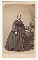 CDV Photo Foto Um 1865 - E. Huth, Dessau - Junge Dame In Zeittypischer Robe Mit Reifrock - Old (before 1900)