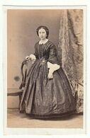 CDV Photo Foto Um 1860/65 - Keine Angaben Zu Fotograf U. Ort - Junge Dame In Edler Zeittypischer Robe Mit Reifrock - Old (before 1900)