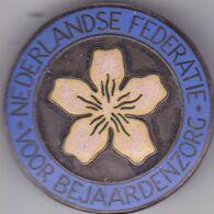 NEDERLAND  --  NEDERLANDSE FEDERATIE VOOR BEJAARDENZORG  --  DIAMETER 35 Mm - Tokens & Medals