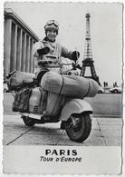 CPSM 75 PARIS TOUR D EUROPE **EN SCOOTER ** Rare Carte Souvenir Dédicacé Du Voyageur ** LAMBRETTA 125 LD ** - Motorfietsen