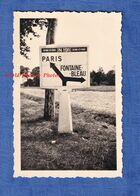 Photo Ancienne D'un Soldat Allemand -à Situer- Pancarte Vers PARIS & FONTAINEBLEAU - Route Nationale 191 WW2 Occupation - War, Military