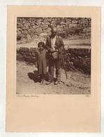 Cx14 B6) VILA POUCA D'AGUIAR 1938 Fotografia Antiga Portugal MENDIGO (clochard Tramp) Costumes Portugueses 25X19cm - Luoghi