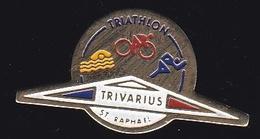 66768- Pin's.Trivarius Triathlon. à Saint Raphael .cyclisme.Natation.athletisme. - Ciclismo