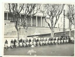 NARBONNE    PALAIS DU TRAVAIL   RASEMBLEMENT DE  VESPA   18 X24 CM..NARBONNE MOTO CLUB 1946  1950 - Motorfietsen