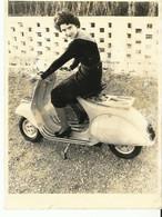 NARBONNE    PALAIS DU TRAVAIL  FEMME SUR VESPA  18  X 24 CM  NARBONNE  MOTO CLUB 1946  1950 - Motorfietsen