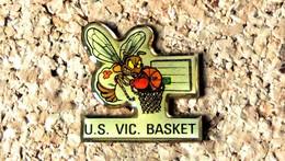 Pin's BASKET - US Vic Le Comte (63) Frelon - Verni époxy - Fabricant Inconnu - Baloncesto