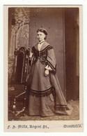 CDV Photo Foto Um 1870/75 - Mills, Dunstable - Junge Dame In Feiner Zeittypischer Mode - Old (before 1900)