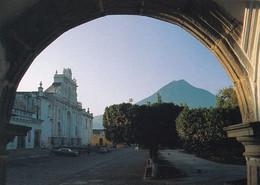 2 AK Guatemala * Die Stadt Antigua Guatemala - Im Hintergrund Der Volcán De Agua - Seit 1989 UNESCO Weltkulturerbe * - Guatemala