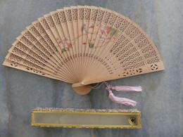 Eventail Japonais En Bambou Avec Décor De Fleurs Et D'oiseaux. Eventail Dans Son Coffret Cartonné - Art Oriental