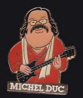 66828- Pin's. Michel Duc, Guitariste Chanteur Animateur, Situé à Servian En Hérault - Personnes Célèbres